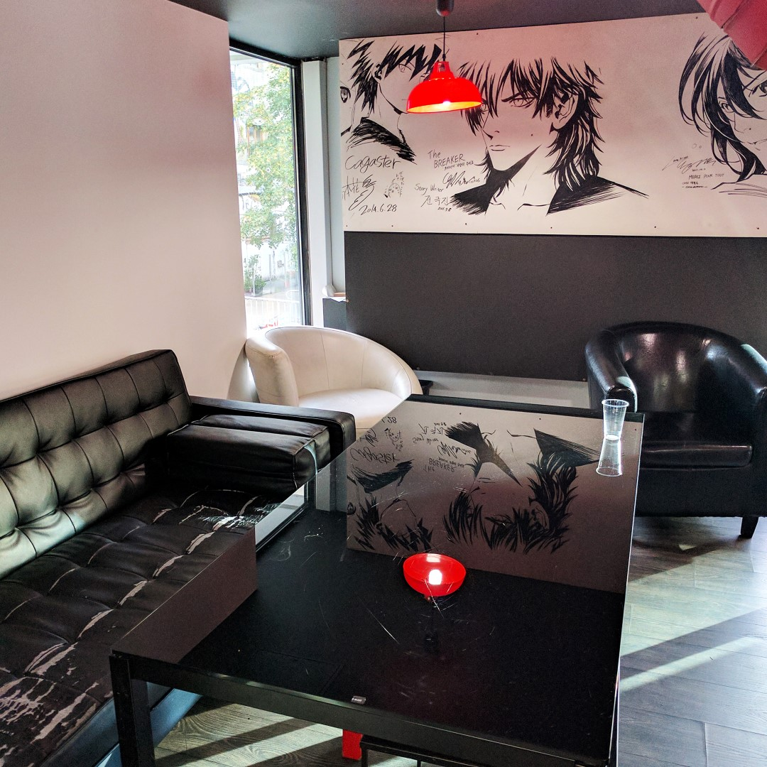 Manga Café V2 espace lecture avec canapés