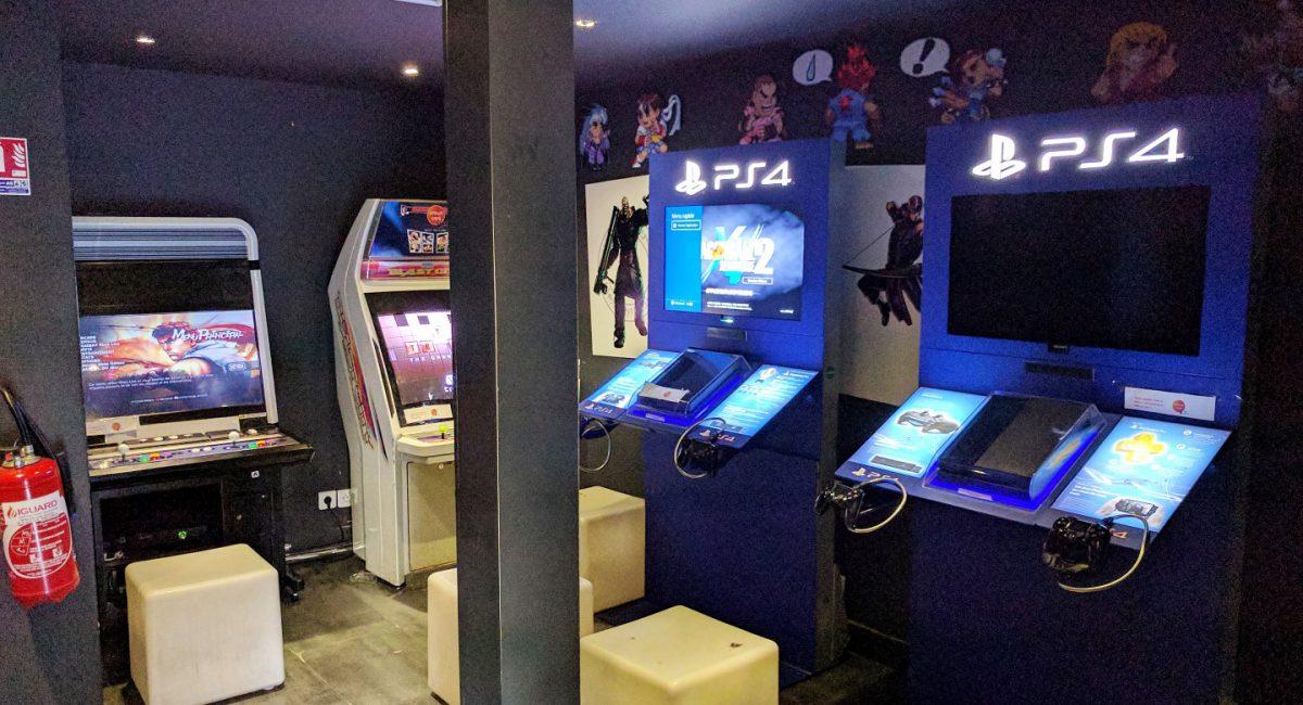 Manga Café V2 intérieur salle de jeux videos